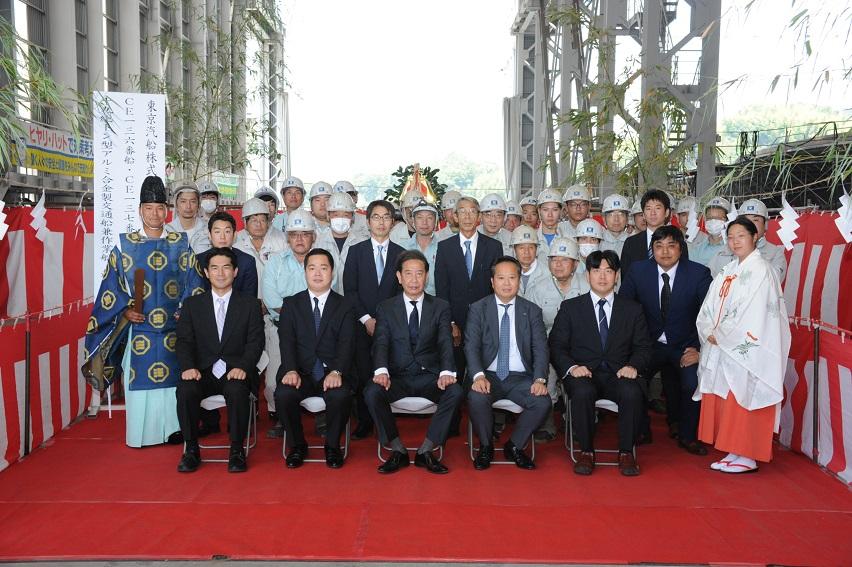 CE-136,137番船 従業員と一緒に記念撮影s